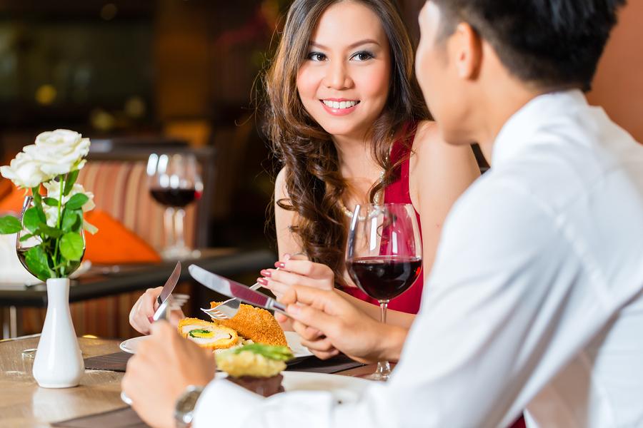 男性と女性が食事を楽しんでいる画像