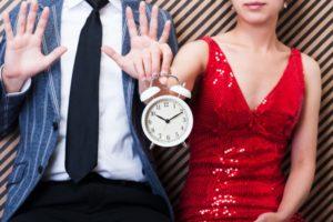 カップルが時計を持っている画像