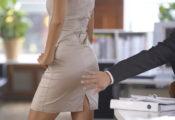 女性をお尻を触ろうとする男性