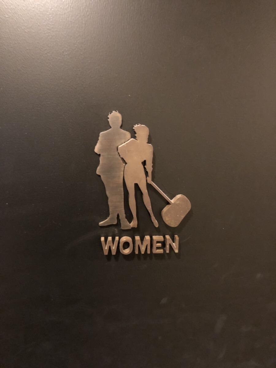 女トイレの表札
